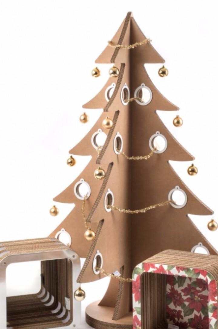 L'Albero di Natale sostenibile di Lessmore alla Taverna Gourmet decorato da 3 Street Artist