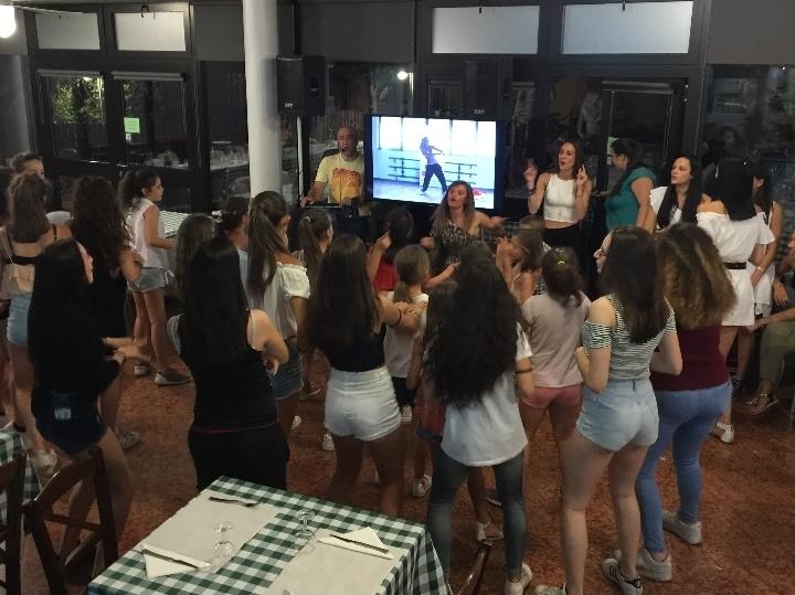 giropizza co karaoke e balli di gruppo