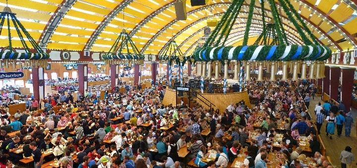 Oktoberfest, tyroler kjoler og øl i lange baner
